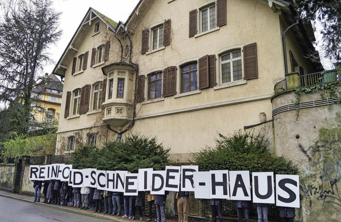 Plakativer Widerstand: Die Initiative ...eider-Villa hat noch nicht aufgegeben.  | Foto: Privat