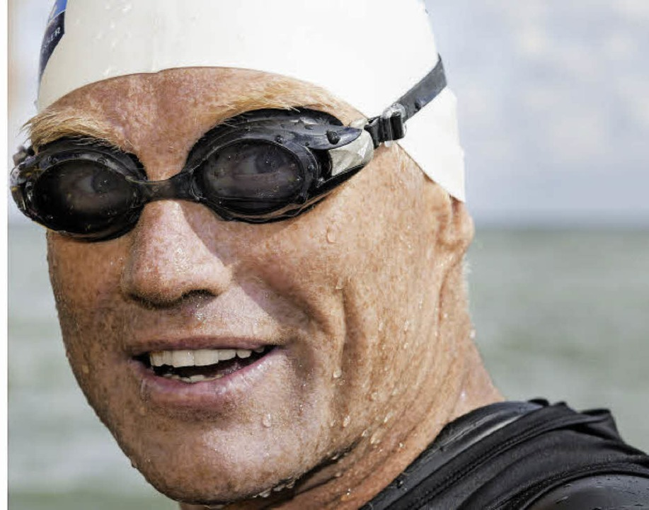 Schwimmhäute hat er nicht bekommen: Andreas Fath (49) in Bad Säckingen (oben)  | Foto: Krug/AFP