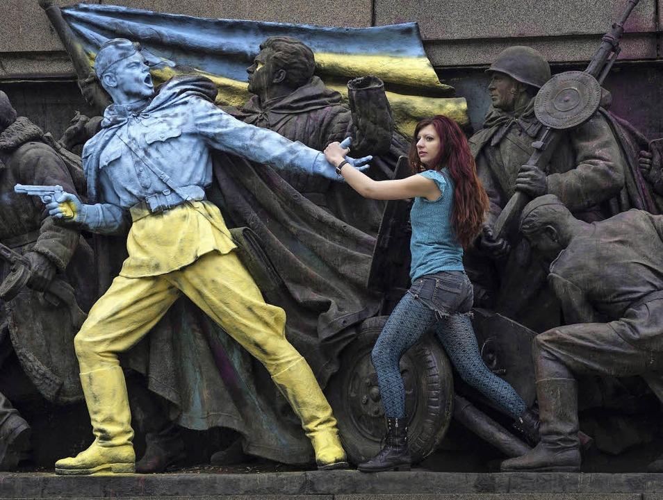 Russisches Mahnmal übermalt: Eine junge Frau protestiert.   | Foto: afp/privat/dpa