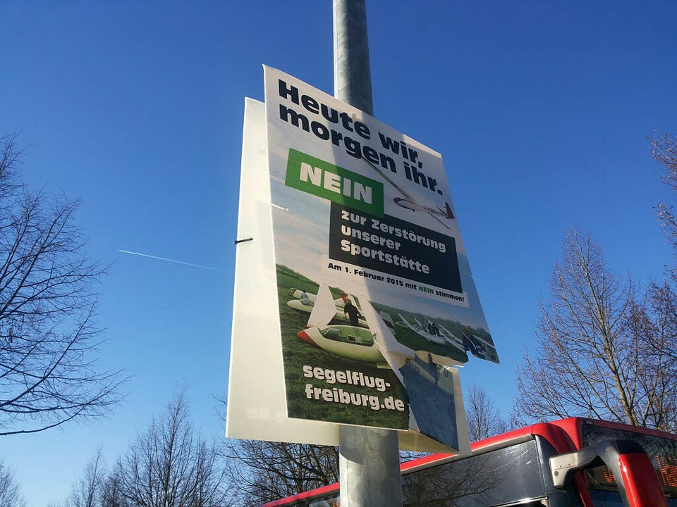 Auch Plakate der Freiburger Segelflieger wurden beschädigt