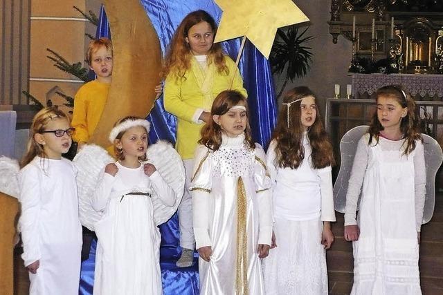 Kinder singen sich in Besucherherzen