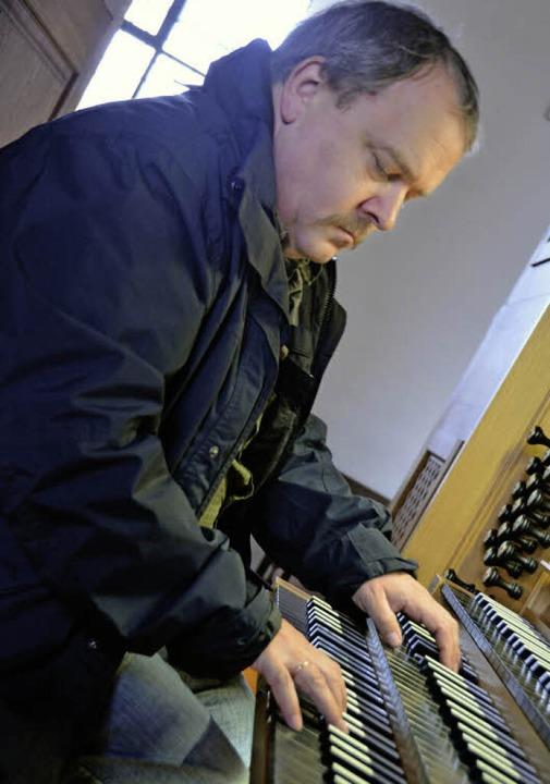Wolfgang Brommer zeigt die Orgel in Merdingen  | Foto: Kathrin Blum