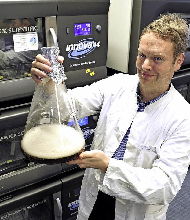 Thomas Becker und ein Kolben mit Zellen liefernder Hefe   | Foto: Thomas Kunz