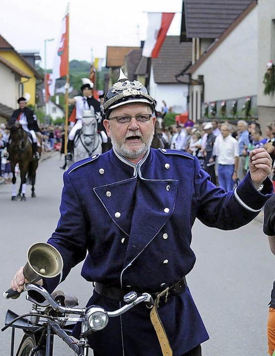 Peter Rottler kündigte bei der 950-Jahr-Feier von Oberweier den Festumzug an.     Foto: Archiv: W. Künstle