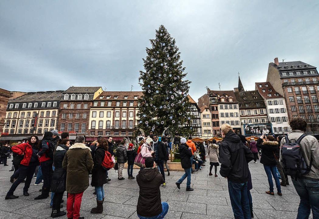 Der Baum auf dem Kleberplatz gehört zu...nen der Straßburger Weihnachtsmärkte.     Foto: bri