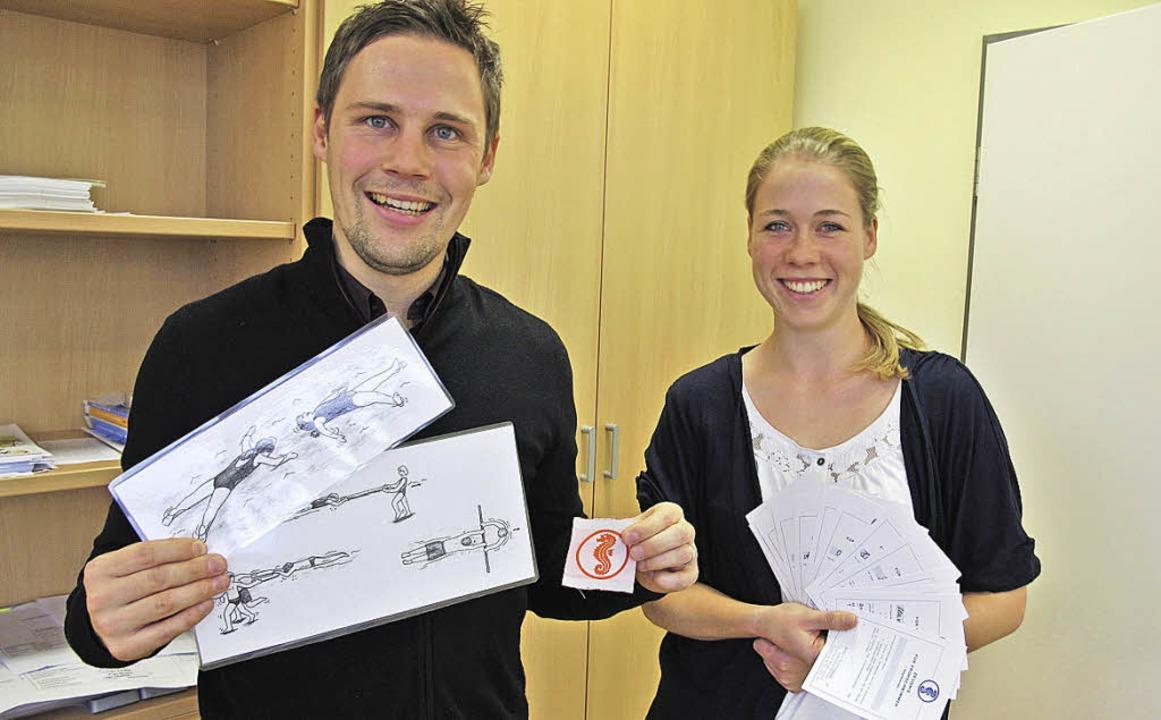 Marius Grether mit laminierten Informa...die Seepferdchen-Urkunden in der Hand.    Foto: Jutta Schütz