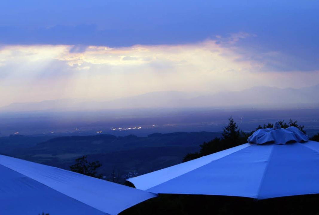 Der Ausblick von Schloss Bürgeln ist z...en Wetterbedingungen  genießen können.  | Foto: Hartenstein