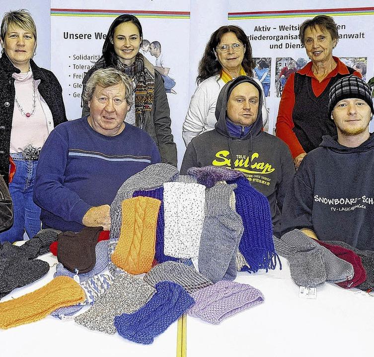 Die Frauen des Awo-Strickcafés Kreativ...ern des Wohnheims Benedikt geschenkt.     Foto: Freudig