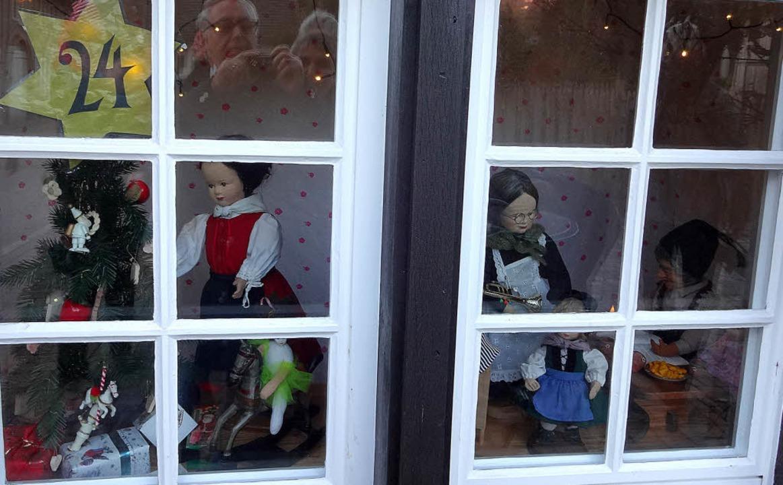 Derniere für den lebendigen Adventskal... von Erika Schmidt gestaltete Fenster.  | Foto: Klaus Brust