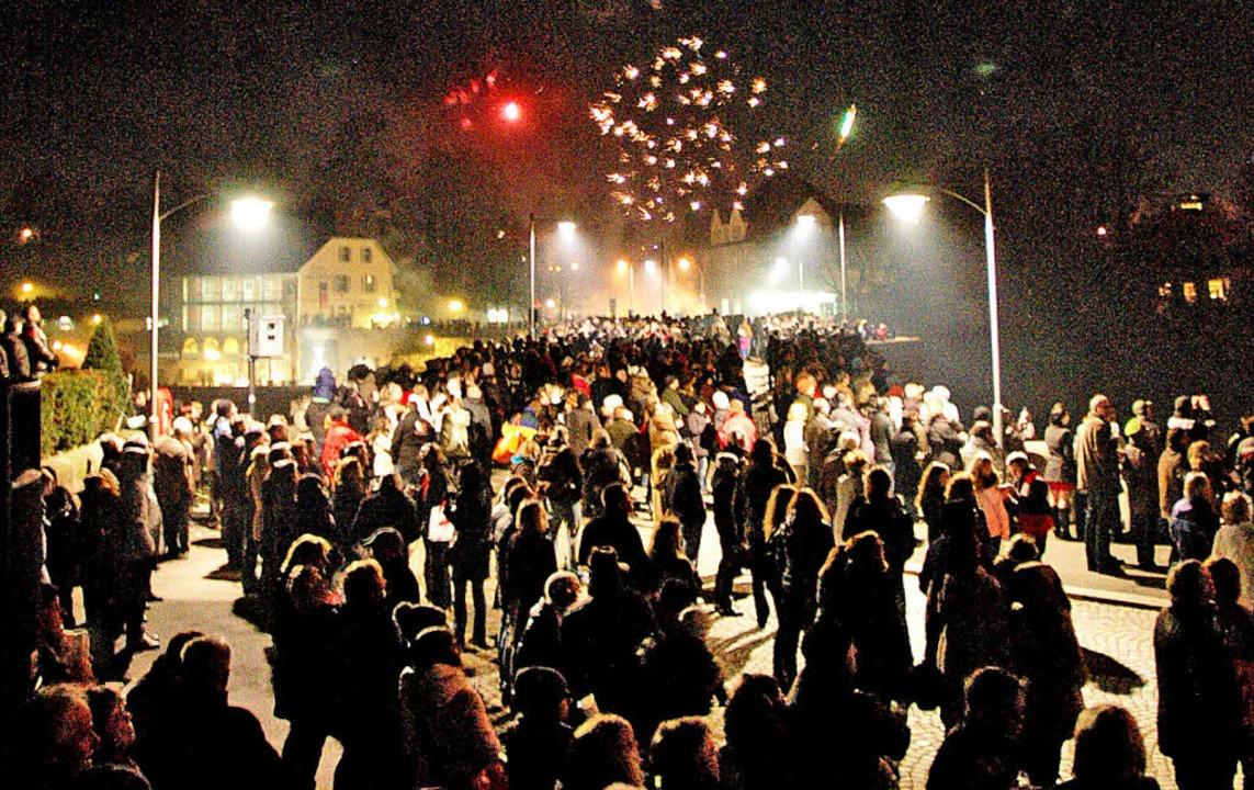 Das Feuerwerk auf der Rheinbrücke ist ...Jahresbeginn ein ersehnter Höhepunkt.   | Foto: Petra Wunderle