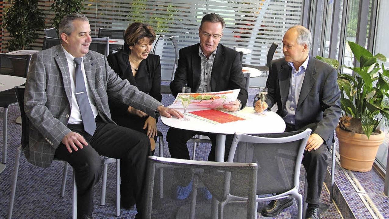 BTT-Geschäftsführer Michael Schmitz, T...links) studieren die neue Speisekarte.    Foto: Alexander Huber