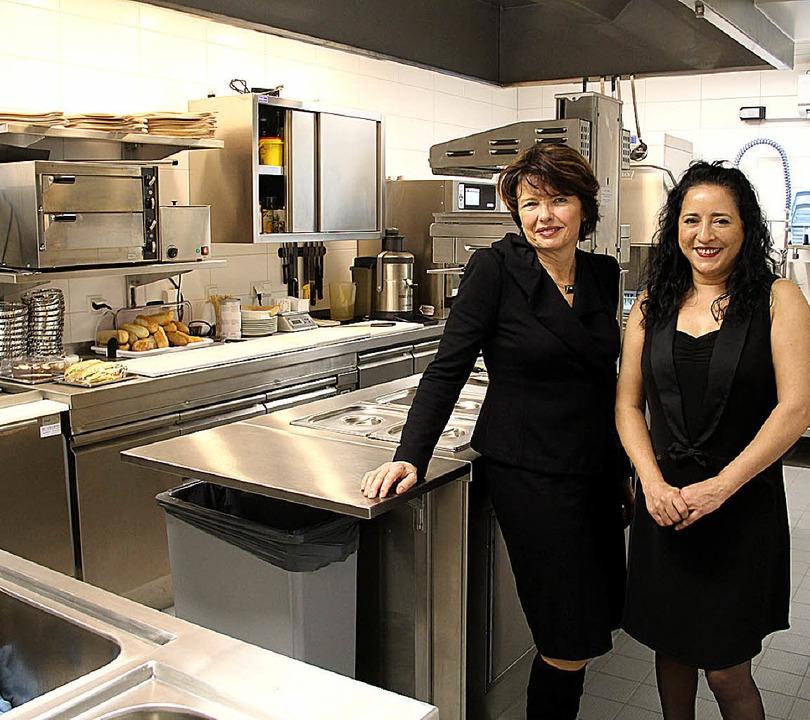 Thermenleiterin Heike Kleber und Bistr... (rechts) in der modernisierten Küche.    Foto: Alexander Huber