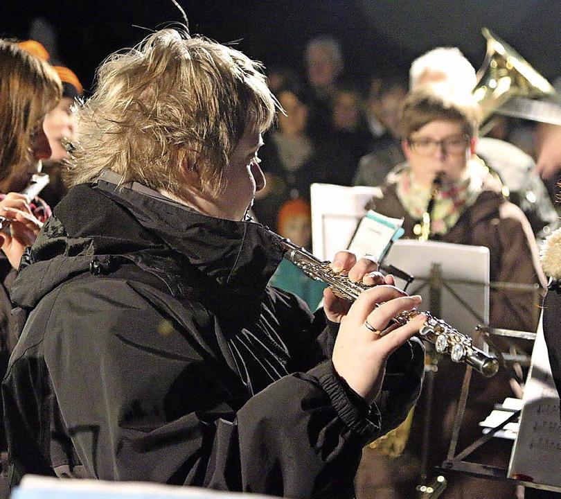 Gut verpackt: Beim Open-Air-Konzert in...lieder mit kalten Fingern zu spielen.   | Foto: Hege