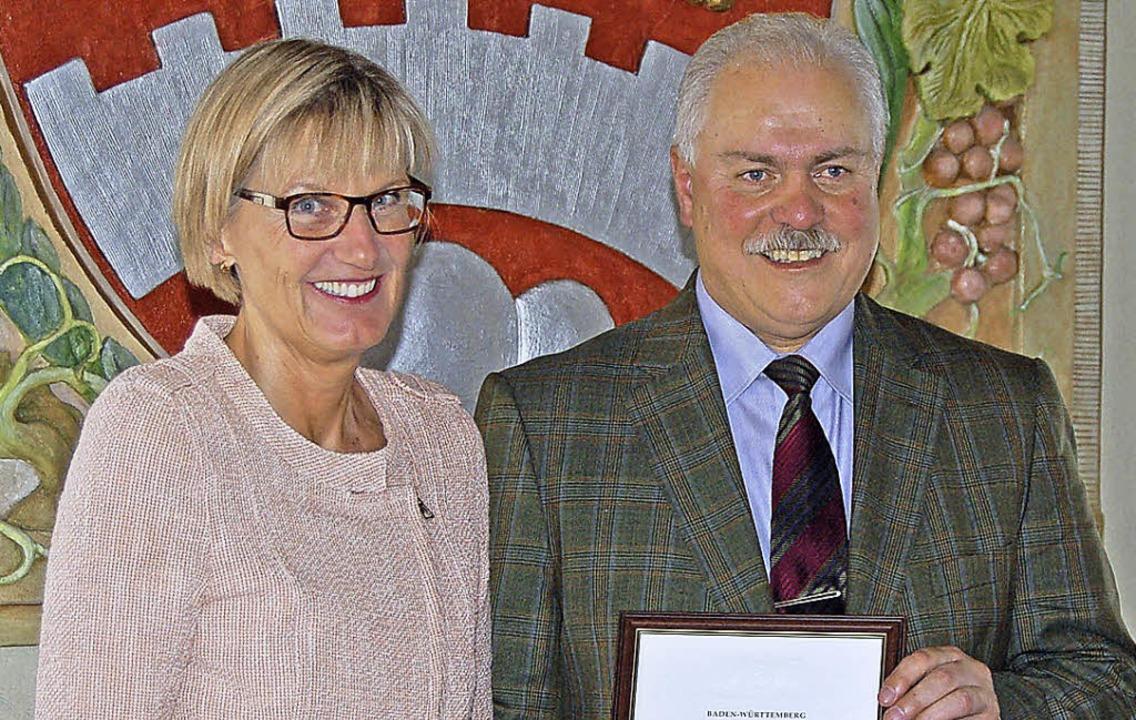 Landrätin Dorothea Störr-Ritter gratul...l Schweizer zu seinem Dienstjubiläum.   | Foto: Thomas Rhenisch