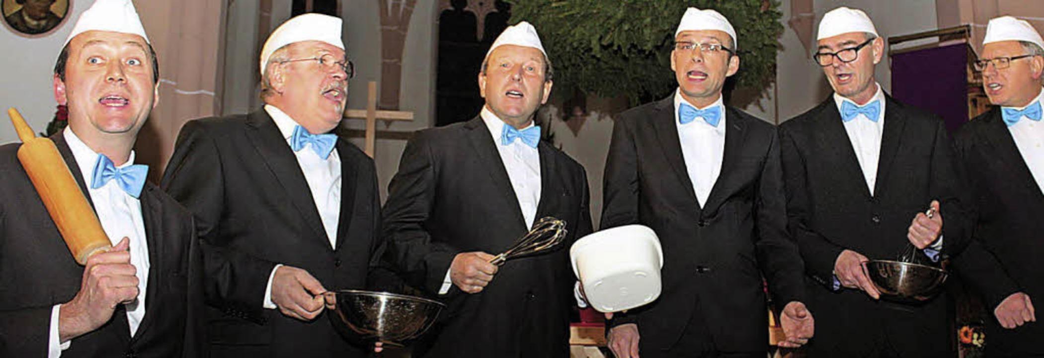 """Die Nimburger """"Vokalisatoren"""" als singende Weihnachtsbäcker.     Foto: Christa Rinklin"""