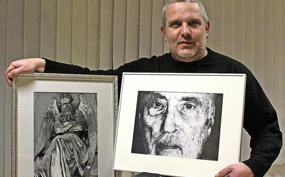 Andreas Birgel mit zwei seiner Ausstellungsstücke    Foto: R. Cremer