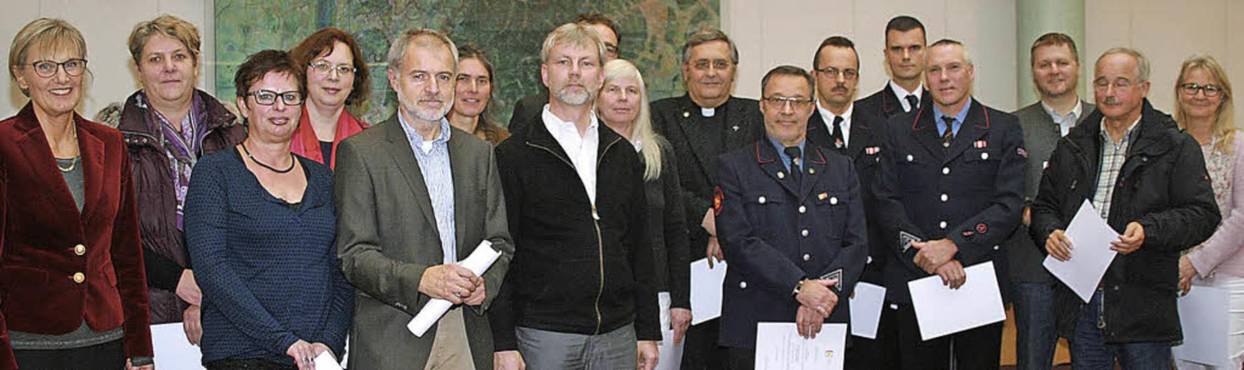 Landrätin Dorothea Störr-Ritter (links...nden an die 19 Fachberater Seelsorge.   | Foto: Landratsamt