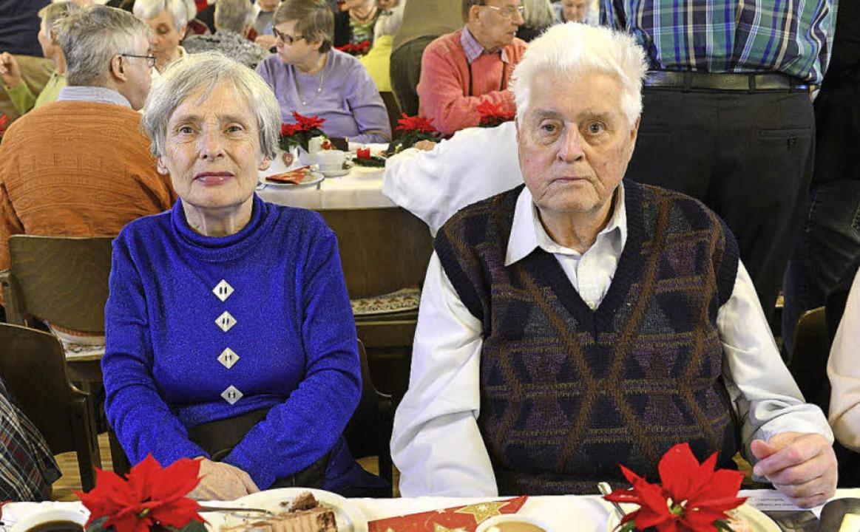 Elfriede Schlehuber und Bruno Giovannini genießen die Weihnachtsfeier.  | Foto: Ingo Schneider