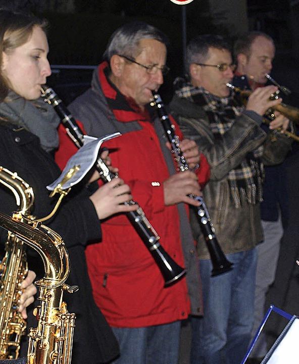 Die Feuerwehrmusik Haagen gab Weihnachtsständchen am Heiligen Abend.   | Foto: Paul Schleer