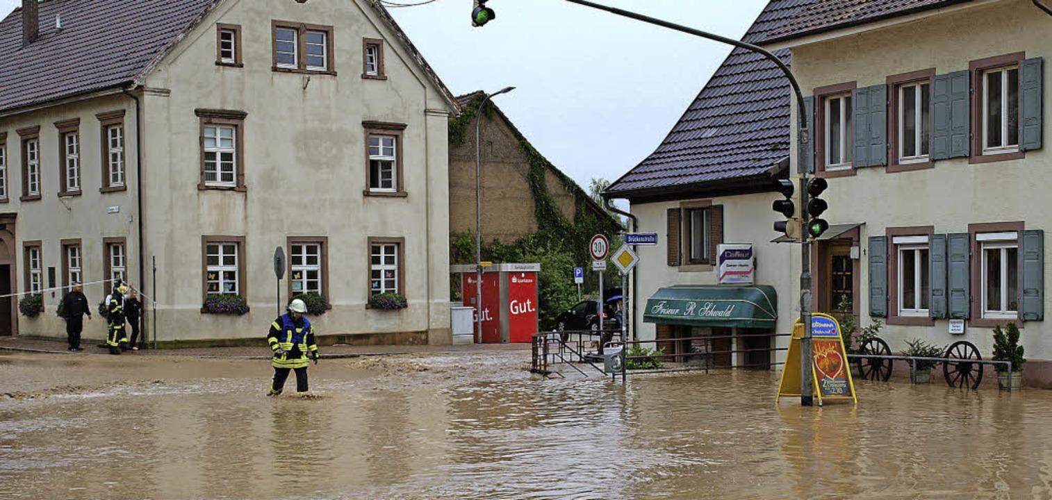 Hochwasser  in Hauingen: Das prägende ...Jahres mit politischem Nachwirkungen.   | Foto: Paul Schleer