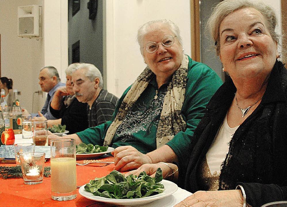 Gutes Essen, nette Gespräche und eine ...eier im Münsterpfarrsaal ist beliebt.   | Foto: Ralph Fautz