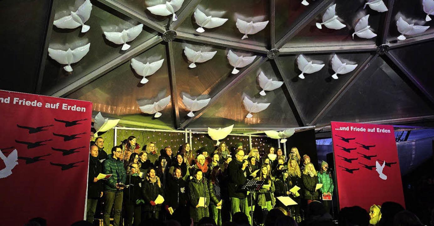 Zahlreiche weiße Tauben waren über den Zuhörern im Vacono Dome angebracht.   | Foto: Danielle Hirschberger