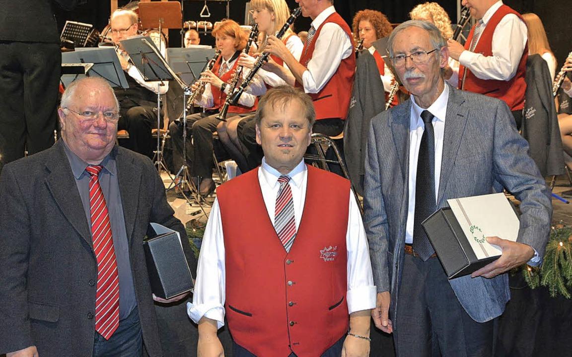 Der Vorsitzende Klaus Kowatzki (Mitte)...mann (links) und Reinwald Dossenbach.   | Foto: Heinz Vollmar