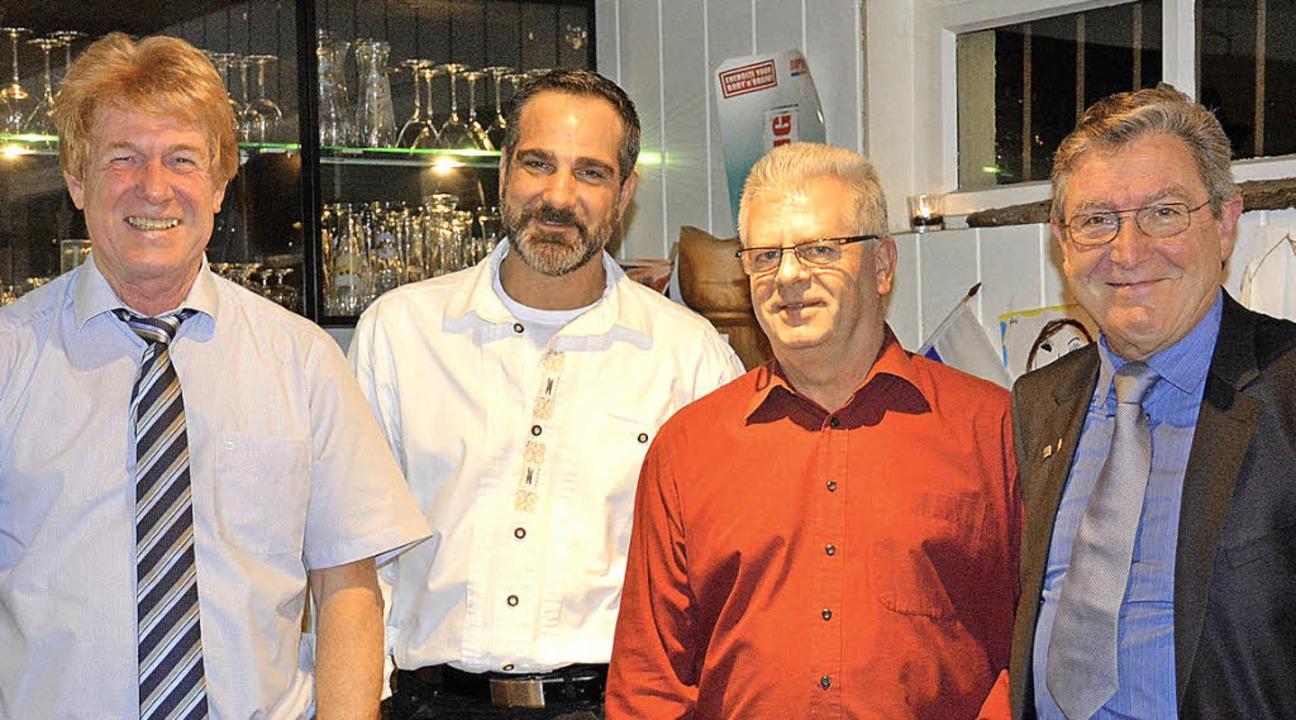 Uwe Tittmann (von links) ehrte  Stepha...Uwe Wenk und Jürgen Räuber in Karsau.   | Foto: zvg