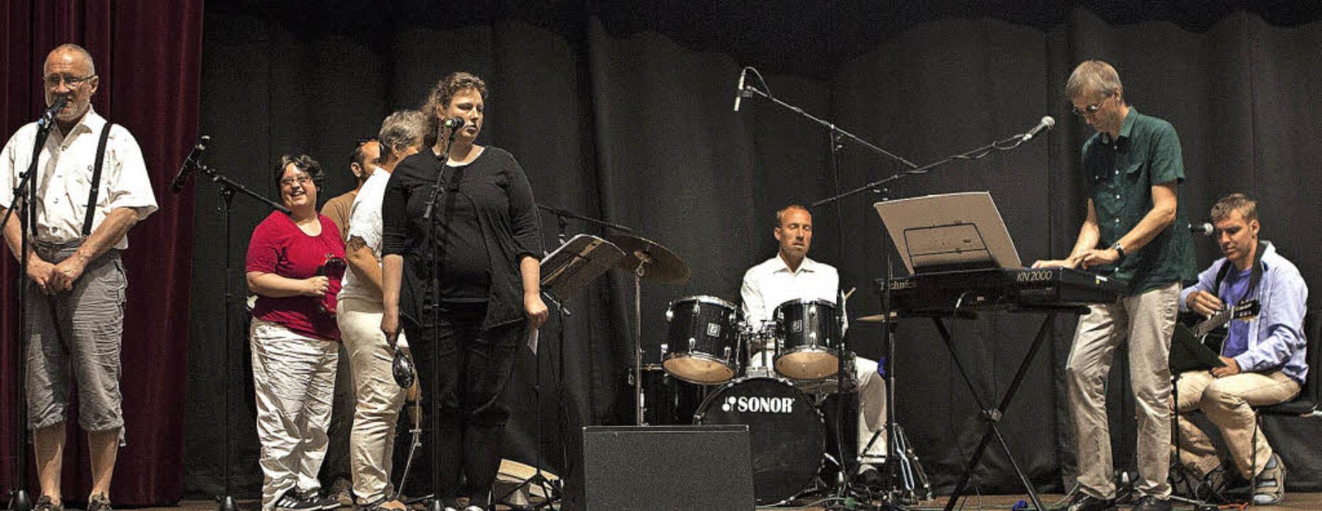 Die sechs Musiker von Handicaps bei ihrem Auftritt in Reutlingen.     Foto: Sarah Nöltner