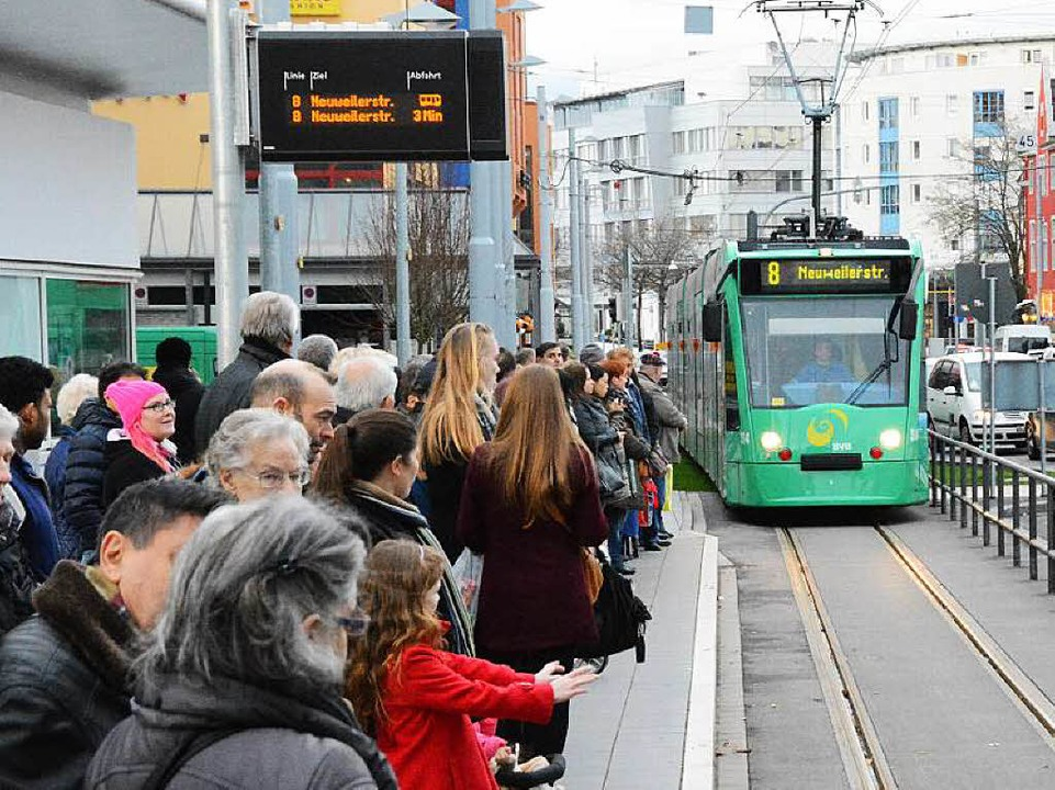 Großandrang an der Tram – das ne...elebung bis hinauf in die Innenstadt.   | Foto: LAUBER