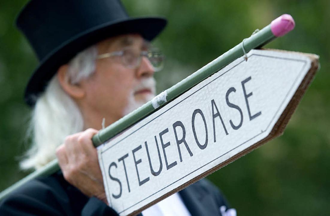 Wo bitte geht's zur Steueroase &...der zurück? Demonstrant in Stuttgart      Foto: dpa