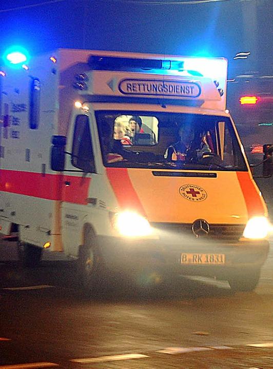 Nach nur wenigen Minuten müssen Rettungssanitäter am Notfallort sein.     Foto: dpa