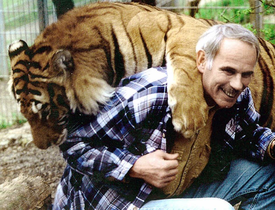 Jürg Jenny balgt mit einem seiner Tiger.    | Foto: Privat