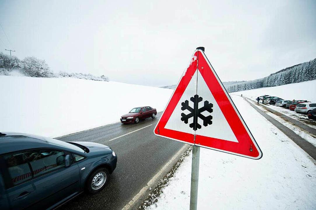 Warnschild und Schneedecke: In der kal...mpfiehlt sich entsprechende Bereifung.  | Foto: dpa