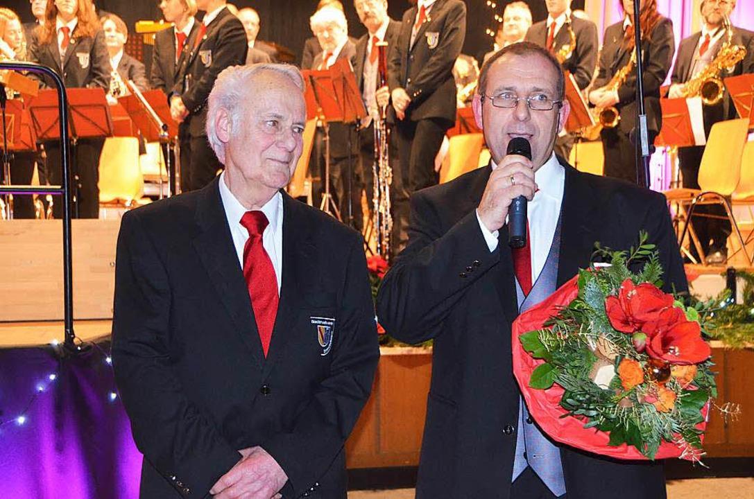 Seltene Ehrung: Eberhard Hiss hat 60 J...hat auch Blumen für die Ehefrau dabei.  | Foto: Sylvia-Karina Jahn