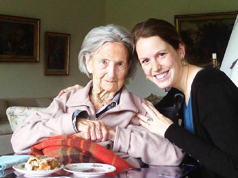 Irmgard Wilckens mit ihrer Enkelin Vanessa.  | Foto: privat
