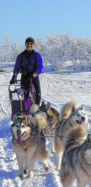 Hans Rosemann  mit seinen Schlittenhunden, über die er ein Buch verfasste.     Foto: privat