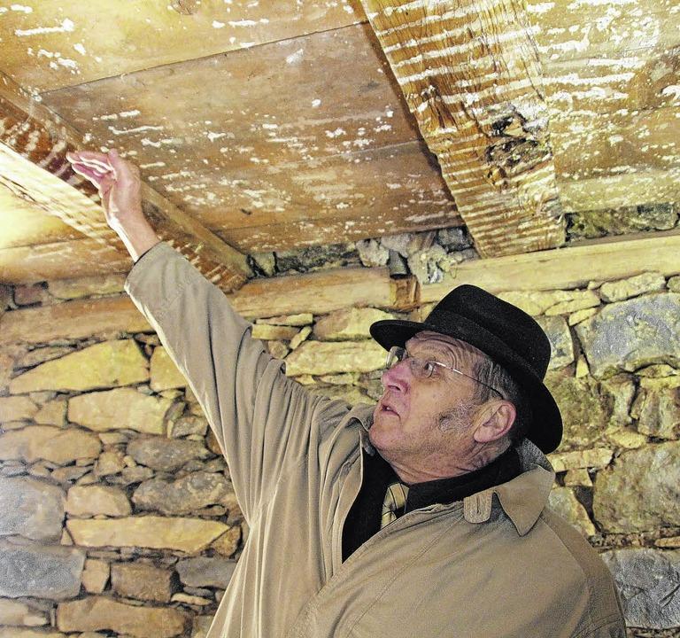 Architekt Konrad Flöß erklärt, dass die alte Substanz erhalten werden soll.     Foto: JaKOBER