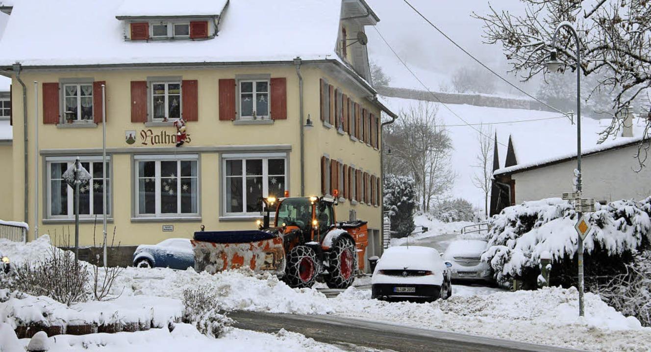 Nach stärkeren Schneefällen in der Nac...Räumfährzeuge der Gemeinde im Einsatz.  | Foto: Rolf-Dieter Kanmacher