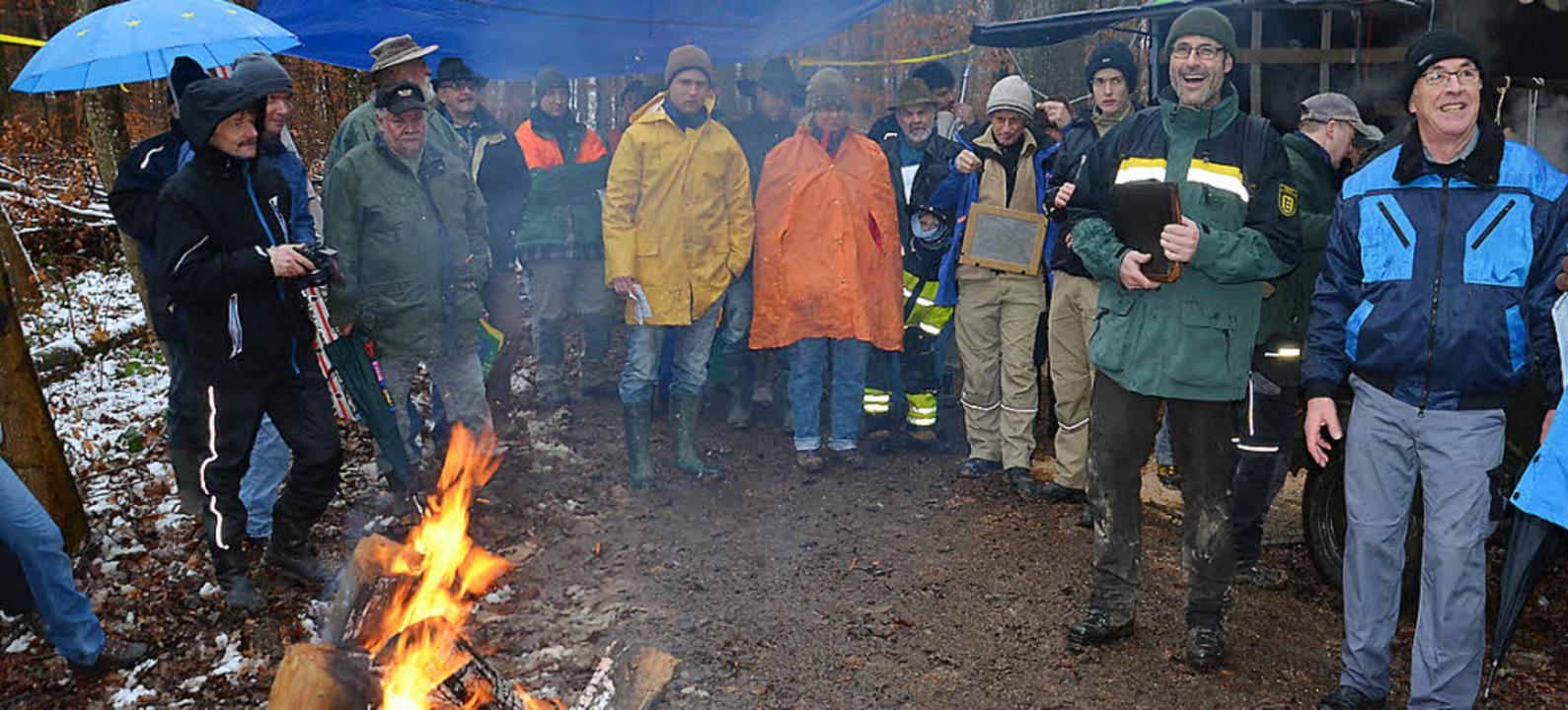 Gute Laune am Feuer trotz schlechter W...e Interesse an der Holzversteigerung.     Foto: Schopferer