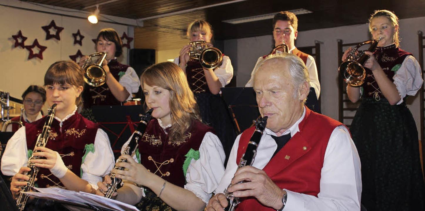 Ältester Musiker bei der Trachtenkapel...ikerkolleginnen und -kollegen genießt.    Foto: Christa Maier