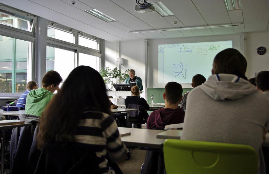 Lehrer Werner Fuchs am Smartboard  | Foto: Joanna Porkert