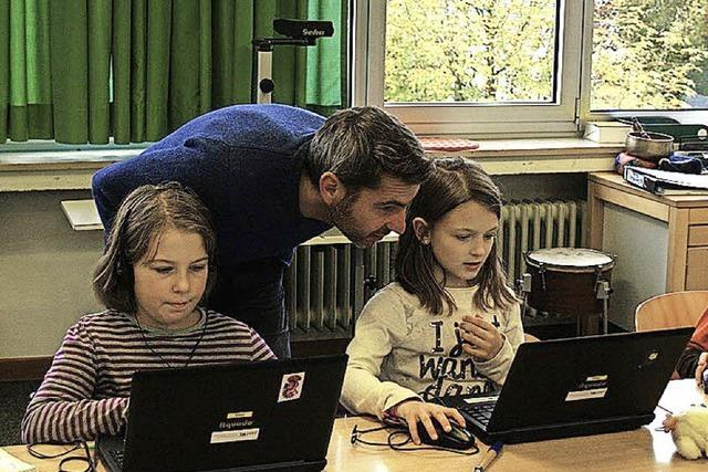 Grundschüler lernen den richtigen Umgang mit dem Computer
