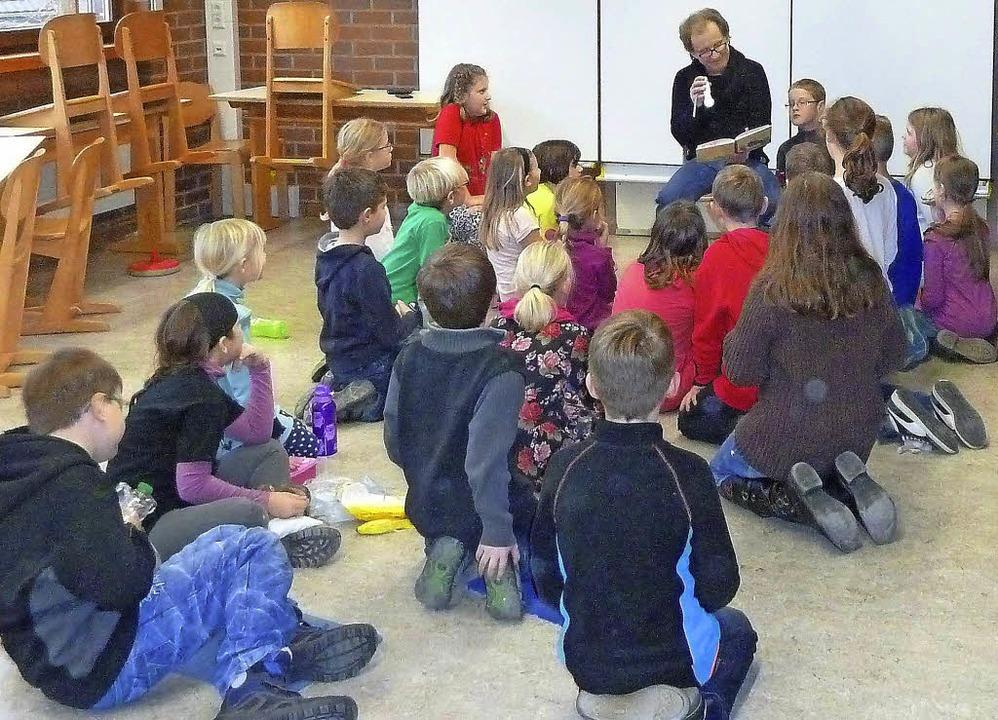 Gebannt hören die Kinder der Geschicht...ristian Messerschmidt vorgelesen hat.   | Foto: Schule