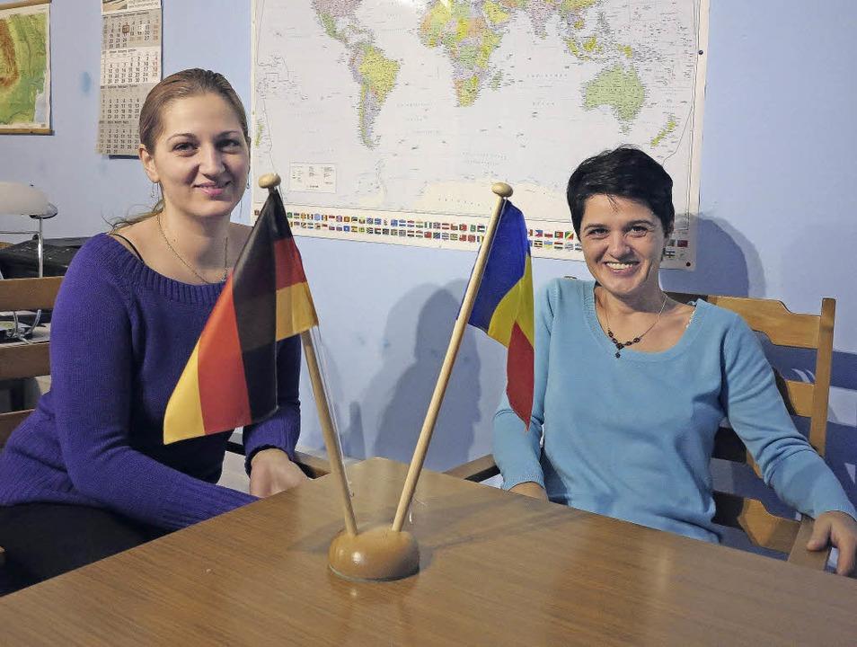 Adriana Prägert (rechts) mit einer Klientin in ihrem  Büro.   | Foto: Philipp