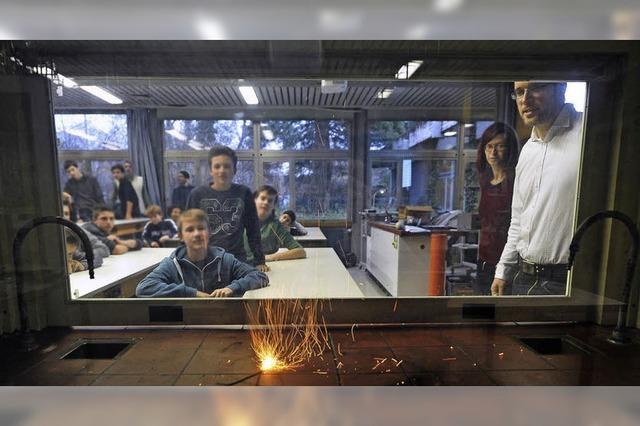 Staudinger-Schüler lernen den Umgang mit Feuerwerkskörpern