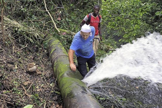 Leckgeschlagene Leitung im Urwald repariert
