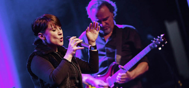 Top-Sängerin Andrea Möschle, hier zusammen mit  Bandleader Peter Oehler   | Foto: berthold bauermeister