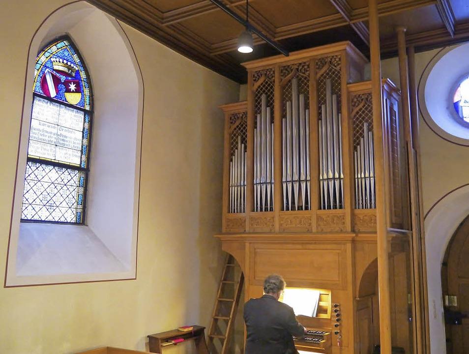 Kleine Kirche, große Orgel: zwischen w...ument in der Stegener Schlosskapelle.     Foto: Barbara Riess