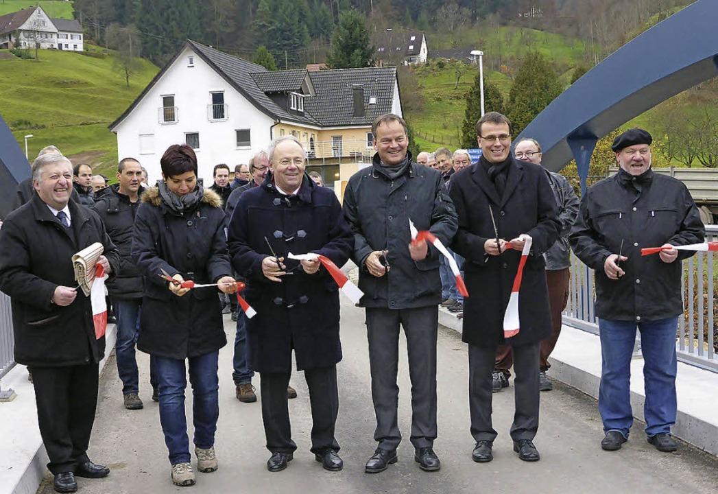 Landrat Frank Scherer (Dritter von rec...genieurin, und  Pfarrer Klaus Kimmig.   | Foto: landratsamt